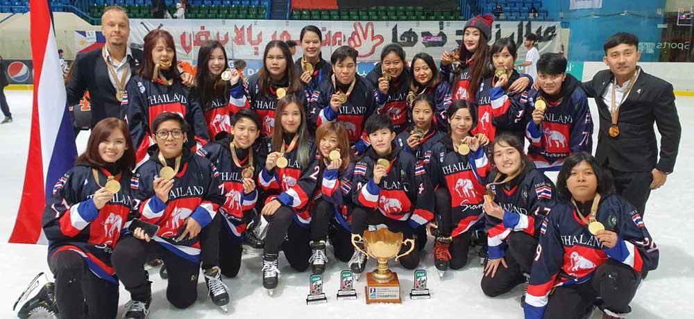นักกีฬาหญิงทีมชาติไทยเข้าร่วมพิธีรับถ้วยและเหรียญรางวัลชนะเลิศ